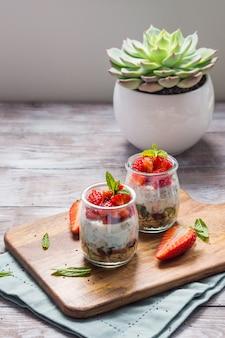 Joghurt und müsli mit erdbeeren. frühstück