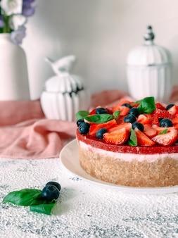 Joghurtkuchen mit erdbeeren, blaubeeren und minze