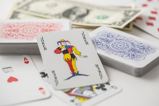 Jokerkarte in der mitte verschiedener spielkarten, die in beide richtungen gedreht wurden.