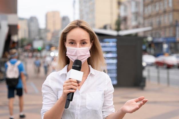 Journalistin, die draußen die nachrichten erzählt tell