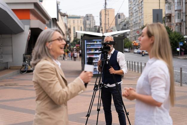 Journalistin, die ein interview mit einer frau führt