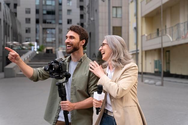 Journalistin mit ihrem kameramann