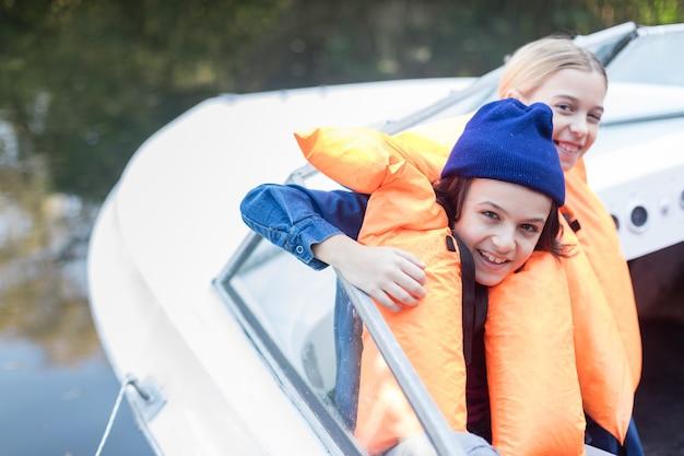 Joyful geschwister eine bootsfahrt genießen