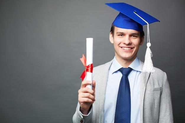 Joyful kerl mit seinem diplom