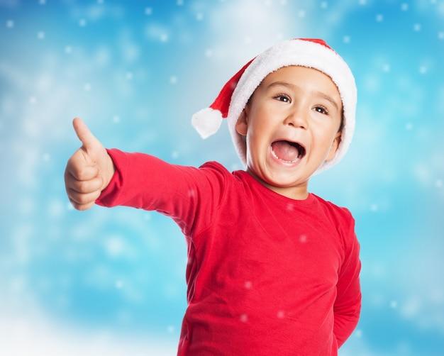 Joyful kind mit daumen nach oben