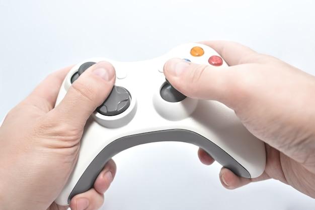 Joystick gamepad in den händen des spielers isoliert