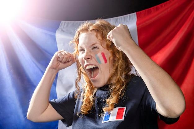 Jubelnde frau mit französischer flagge