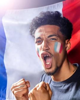 Jubelnder mann mit französischer flagge