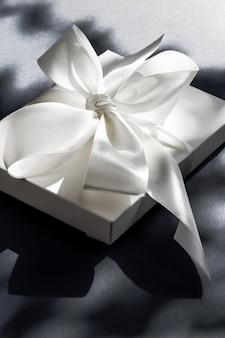 Jubiläumsfeier-shop-verkaufsförderung und luxuriöses überraschungskonzept luxus-feiertags-weiße geschenkbox ...