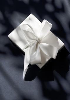 Jubiläumsfeier shop verkaufsförderung und luxuriöses überraschungskonzept luxus urlaub weiße geschenkbox