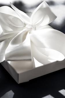 Jubiläumsfeier-shop-verkaufsförderung und luxuriöses überraschungskonzept weiße luxus-geschenkbox für den urlaub...