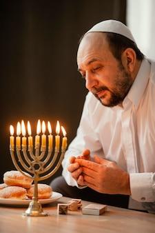 Jude mann feiert einen heiligen tag