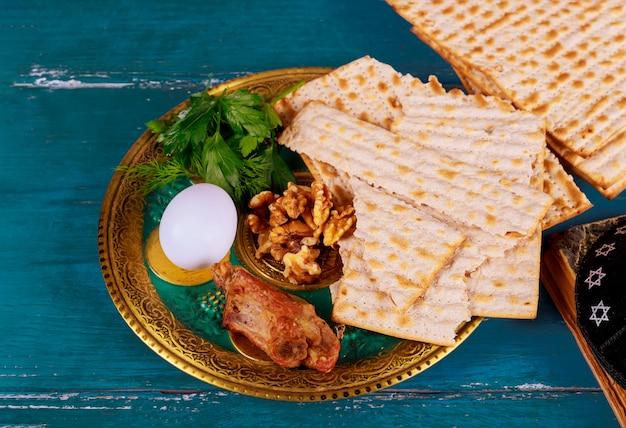 Judentum und religiöse thora auf jüdischem matza am passahfest