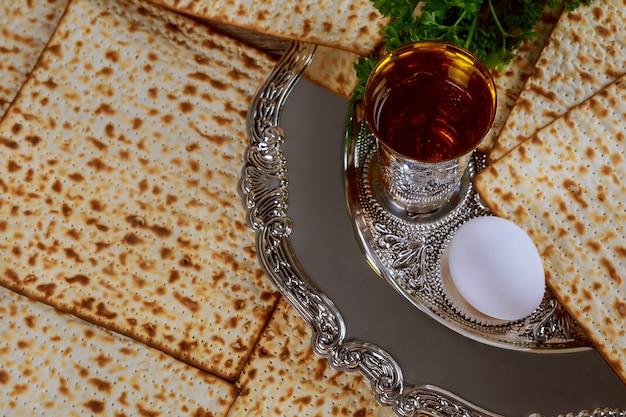 Judentum und religiöses auf jüdischem matza auf passahfest