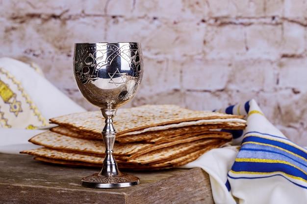 Jüdische feiertage pessach pesach mazza und ein silberner becher voll wein