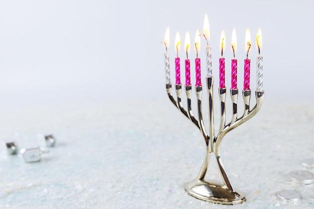 Jüdische kerzenmenora mit brennenden kerzen auf weißem hintergrund. chanukka urlaub.