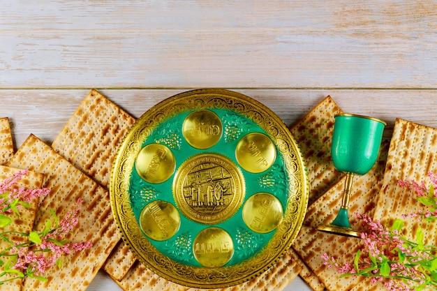 Jüdische matze, kiddusch und seder mit hebräischem text. englische übersetzung ei, knochen, kräuter, karpas, chazeret und charoset.