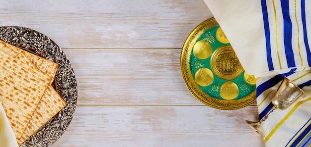 Jüdische matze, kiddusch und seder mit text in hebräischem ei, knochen, kräutern, karpas, chazeret und charoset pessach jüdische feiertagsfeier