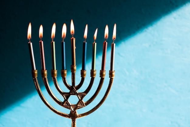 Jüdische menora mit brennenden kerzen