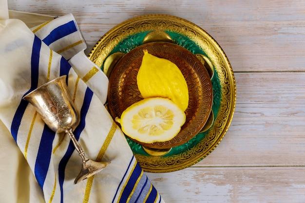 Jüdische religiöse gelbe etrog-zitrone wird während der ferien von sukkot und tallit verwendet