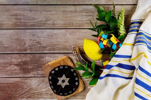 Jüdische symbole feiertag von sukkot in kippah tallit eine synagoge