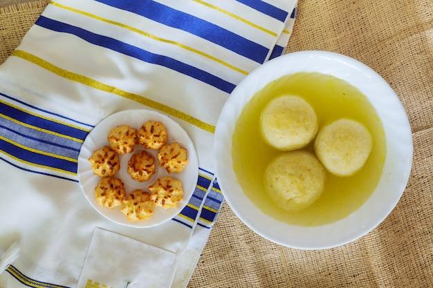Jüdische traditionelle küche der köstlichen matzohballsuppe