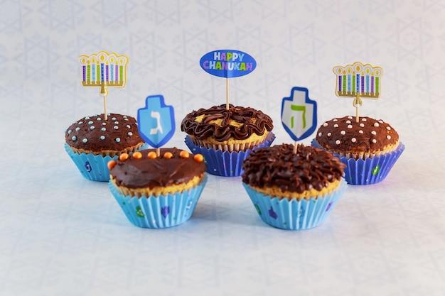 Jüdischer feiertag chanukka-cupcakes gourmet-cupcakes mit weißer und blauer glasur für chanukka dekoriert.