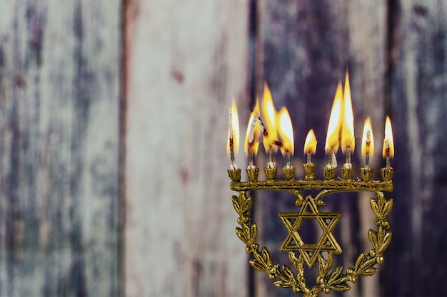 Jüdischer feiertag chanukka des jüdischen symbols mit menorah traditioneller kandelaber