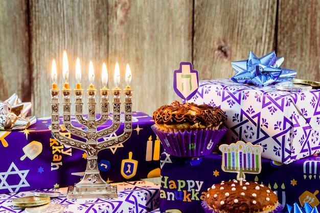 Jüdischer feiertag chanukka-feier tallit weinlese menorah