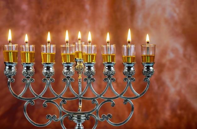 Jüdischer feiertag chanukka mit menorah traditionellen kandelabern
