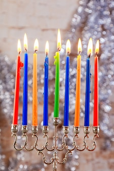 Jüdischer feiertag chanukka mit menorah über holztisch stern david