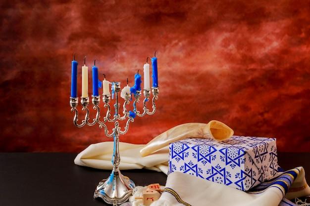 Jüdischer feiertag chanukka mit menorah über holztisch