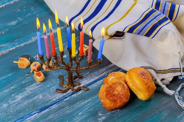 Jüdischer feiertag chanukka mit sufganiya und menora