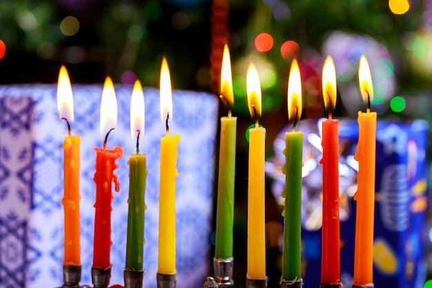 Jüdischer feiertag chanukka mit traditionellen kandelabern und brennenden kerzen von menorah