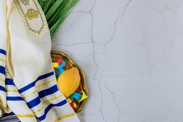 Jüdischer feiertag der symbole des festivals sukkot mit palmblättern