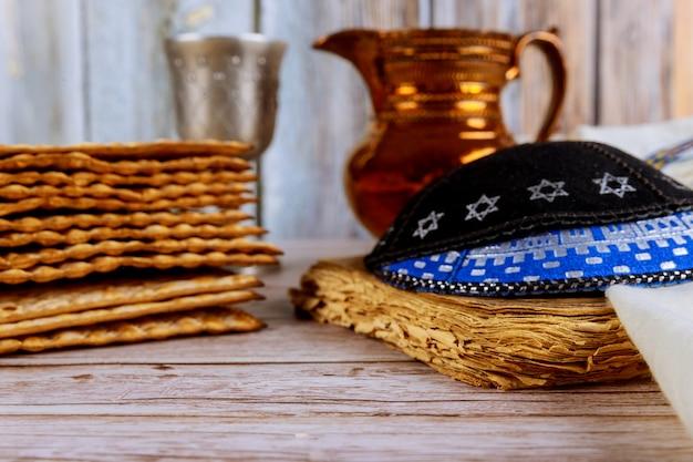 Jüdischer feiertag des passahmatzoh mit reinem wein mit kipah und tallit