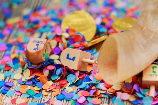 Jüdischer feiertag dreidel stillleben bestehend aus elementen des chanukka chanukka festivals.