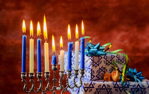 Jüdischer feiertag jüdischer chanukka-feiertag mit brennenden kerzen der menora.