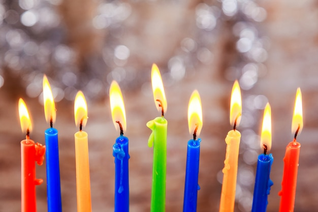 Jüdischer feiertag menorah schön mit brennenden kerzen auf licht unscharfem hintergrund.