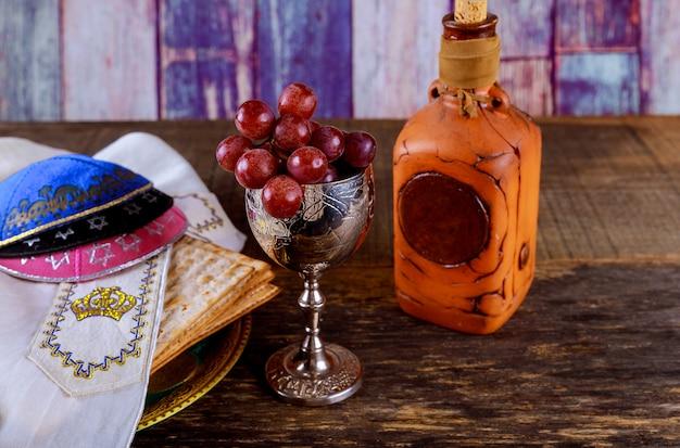 Jüdischer feiertag pessach matzot und tallit der ersatz für brot am jüdischen passahfest.