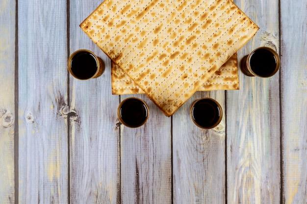 Jüdischer feiertag pessach mit matze, pesah feier vier tasse koscherer wein