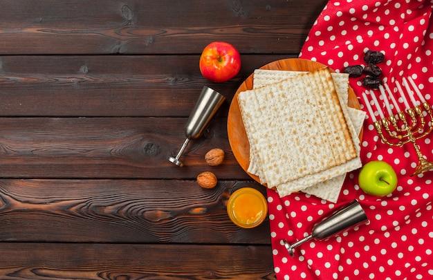 Jüdischer feiertag pessach tisch mit wein