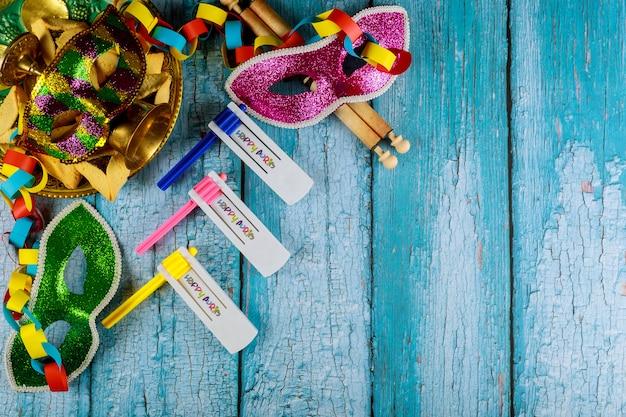 Jüdischer feiertag purim mit hamantaschen plätzchen, karnevalsmaske und krachmacher