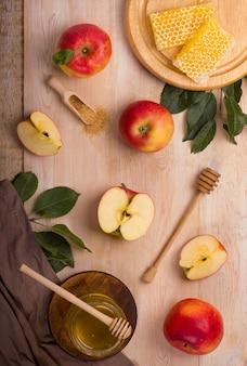 Jüdischer feiertag rosch haschana hintergrund mit äpfeln und honig auf tafel. sicht von oben.