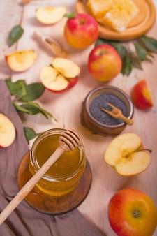 Jüdischer feiertag rosch haschana hintergrund mit äpfeln und honig auf tafel
