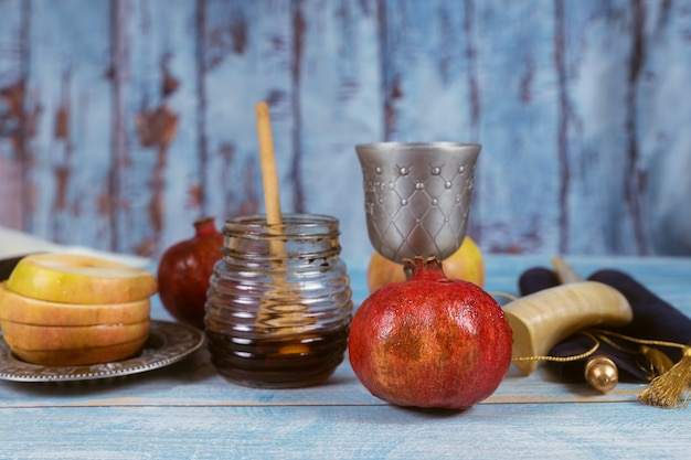 Jüdischer feiertag rosch haschana honig und äpfel mit granatapfel