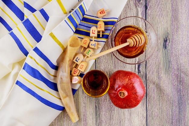 Jüdischer feiertag tallit-äpfel und granatapfel rosh hashana