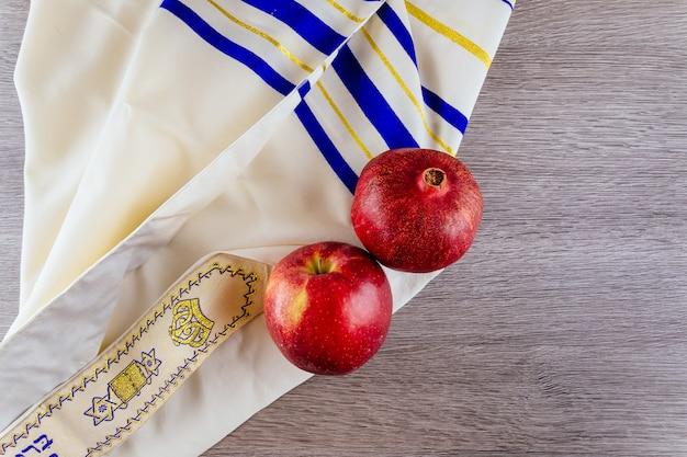 Jüdischer feiertag tallit äpfel und granatapfel rosh hashana