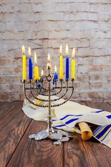 Jüdischer feiertag tallit, der chanukka-kerzenfeier beleuchtet