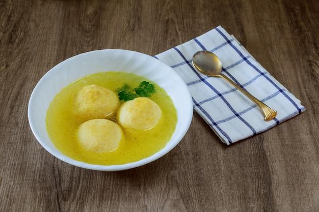Jüdischer feiertagssymbolsuppen-matzohball